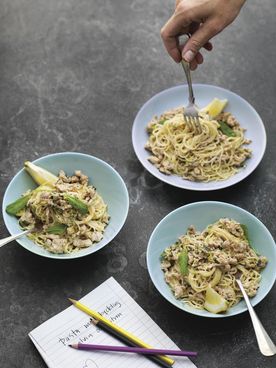 Krämig spaghetti med kycklingfärs, salvia och citron