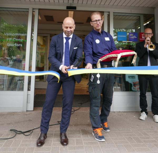 Efterlängtad nypremiär firades med pompa och ståt; Konsum Värmlands VD Tomas Sjölander klippte bandet för nya Coop Storfors!