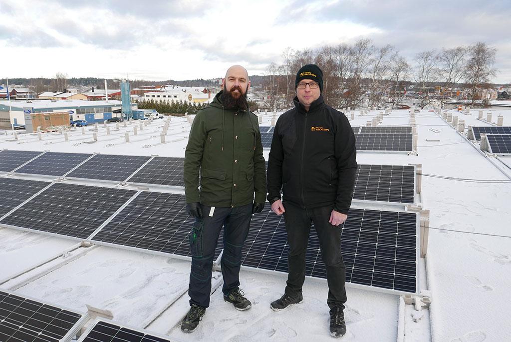 Full aktivitet på Coop Forums tak. Installationen av 900 solcellspaneler går in i slutskedet