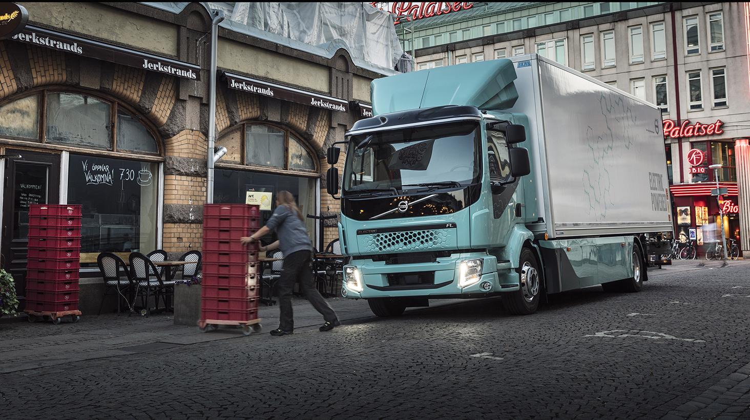 Coop först med att leverera mat med Volvos nya el-lastbil