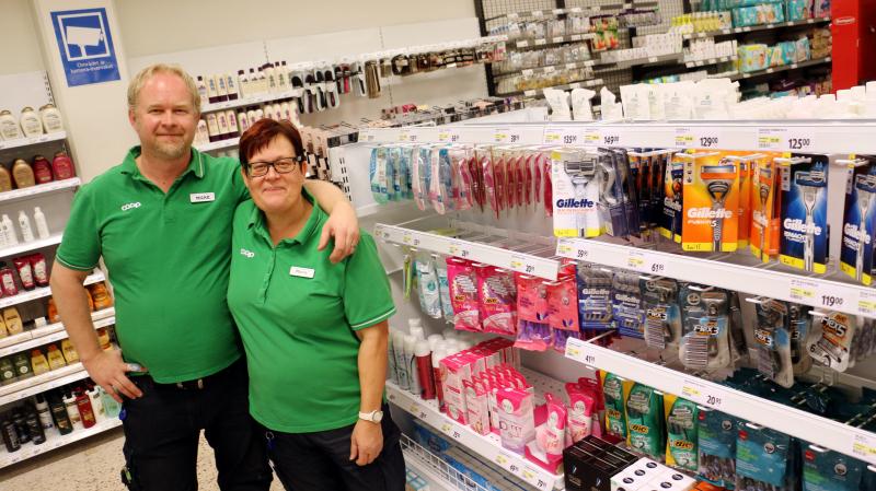Mikael Nilsson butikschef och Maria Dahl säljchef är mycket nöjda med nya Coop Filipstad. (Foto; NWT)